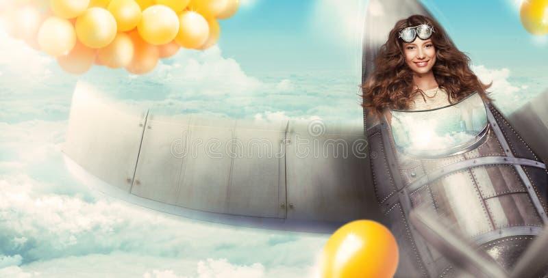 幻想 愉快的妇女在获得的航空器驾驶舱内乐趣 免版税库存图片