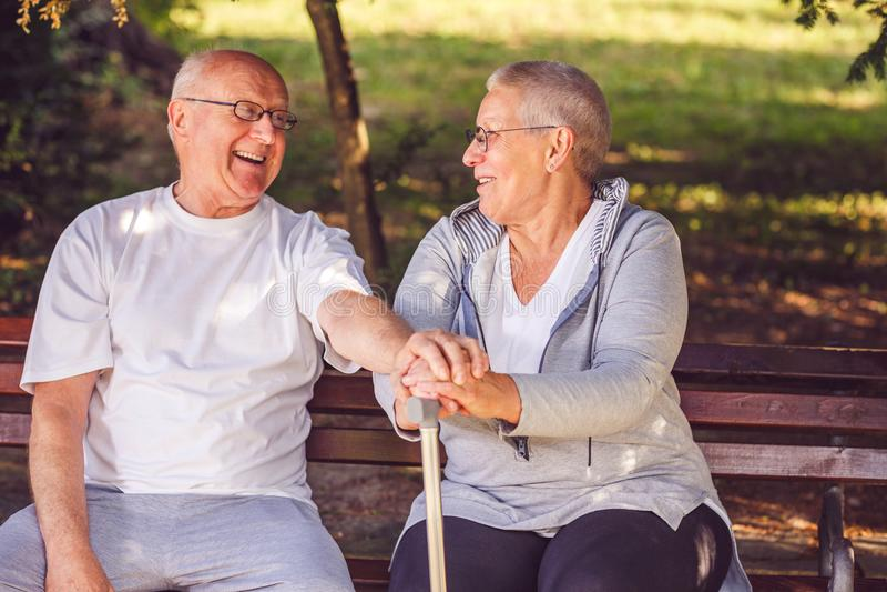 愉快一起 看eac的高兴正面年长夫妇 免版税库存图片