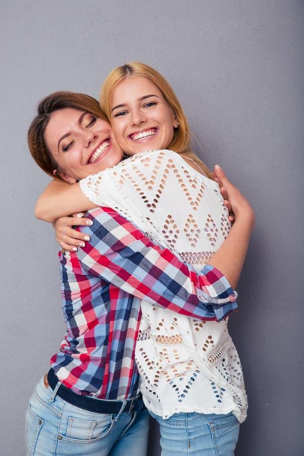 愉快两个女孩拥抱 图库摄影