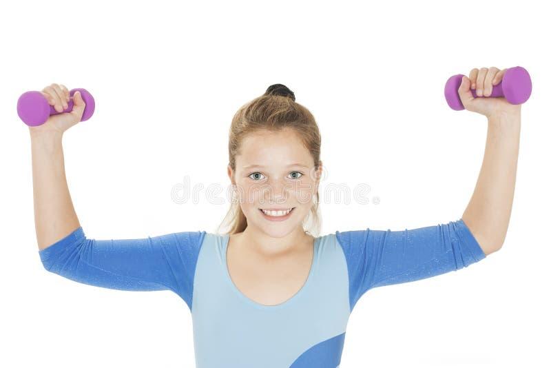 愉快健身女孩举的哑铃微笑快乐,新鲜和精力充沛 免版税库存图片