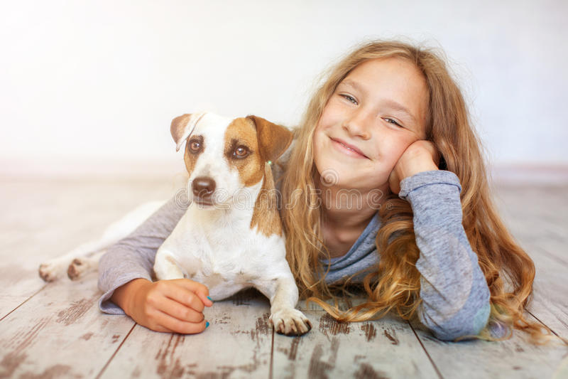 愉快儿童的狗 免版税库存照片