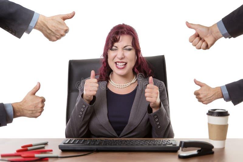 愉快努力工作在办公室 免版税库存照片