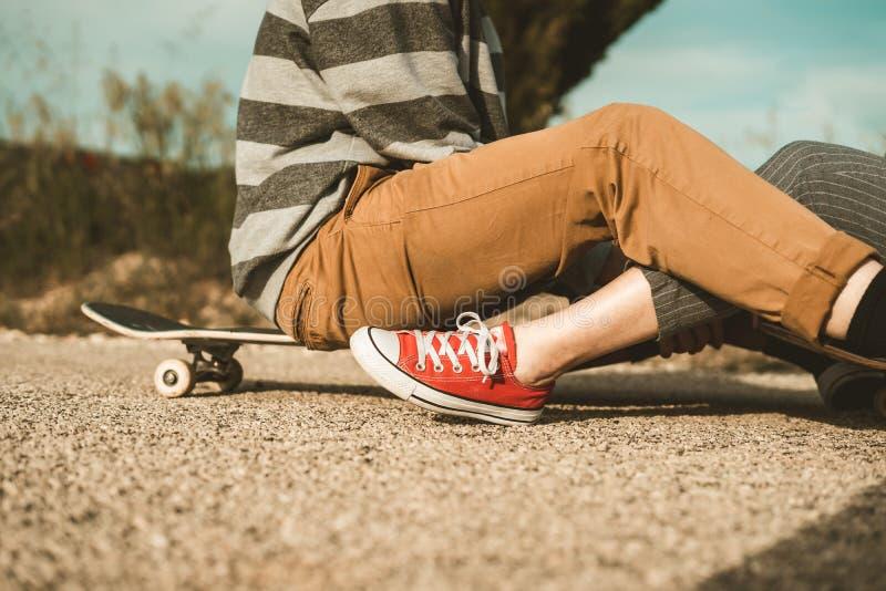 愉快千福年的年轻的夫妇获得与溜冰板运动的乐趣 实践滑冰的年轻人 免版税图库摄影