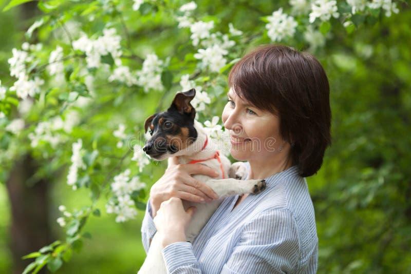 愉快双人和狗杰克罗素画象  免版税图库摄影