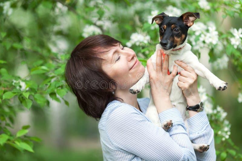 愉快双人和狗杰克罗素画象  免版税库存照片