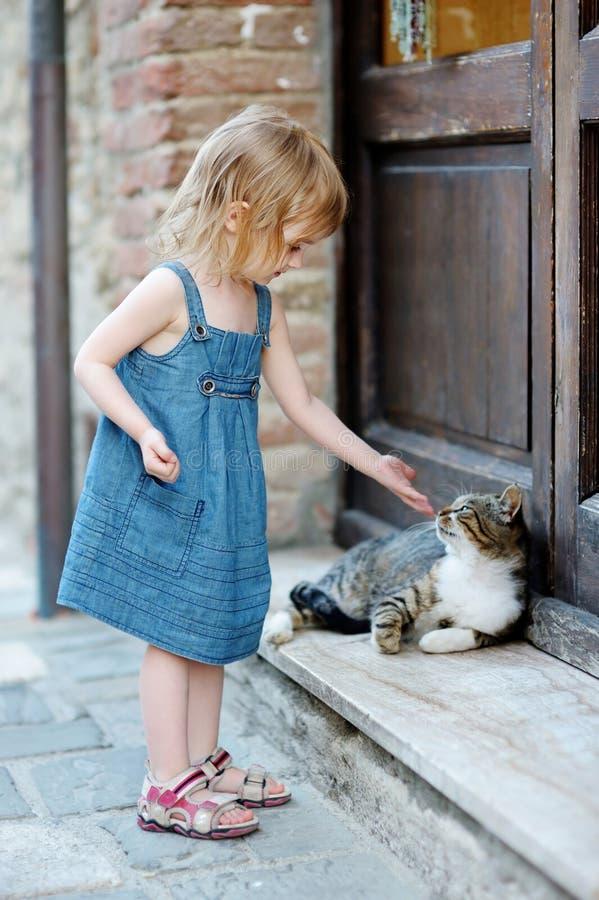 愉快可爱的猫的女孩一点 库存图片