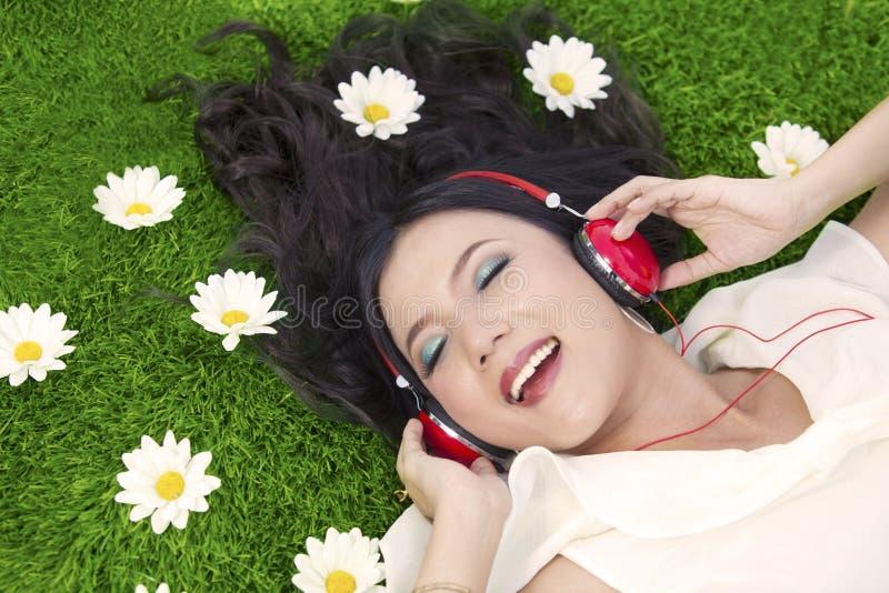 愉快听室外的音乐妇女 免版税图库摄影