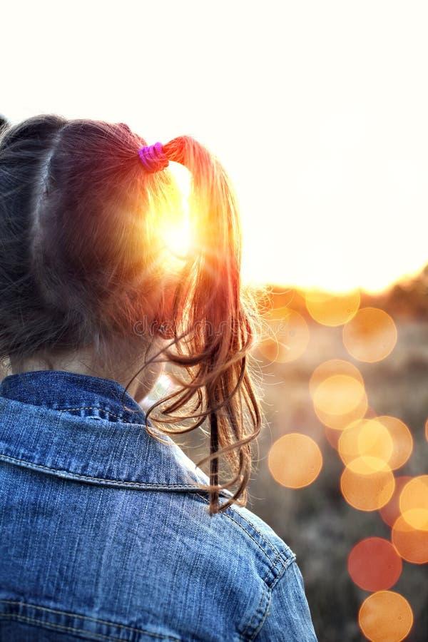 愉快和快乐的女孩 免版税库存图片