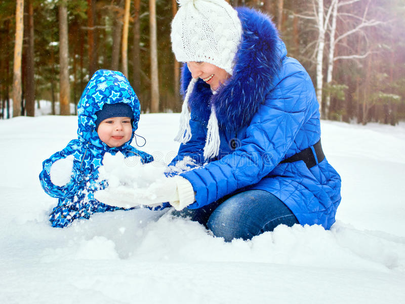 愉快和快乐的母亲和孩子步行的,戏剧在车里雅宾斯克地区,乌拉尔,俄罗斯冬天森林杉木森林里  免版税图库摄影