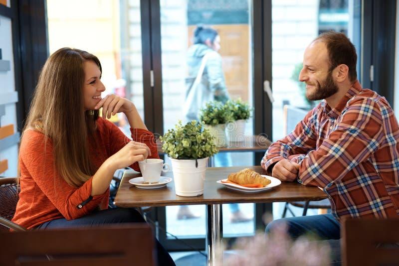 愉快咖啡馆的夫妇 库存照片