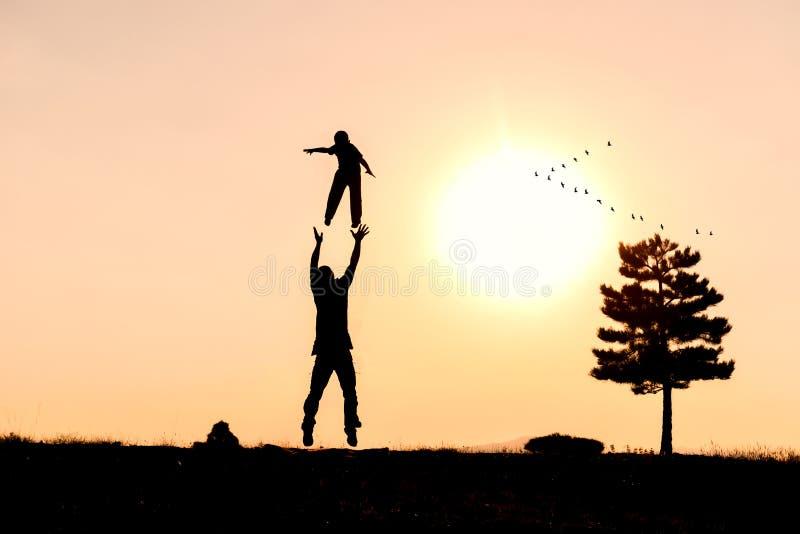 愉快在自然,宜人和快乐的家庭 免版税库存照片