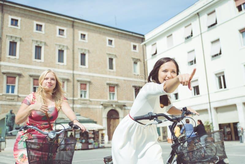 愉快在自行车 免版税图库摄影