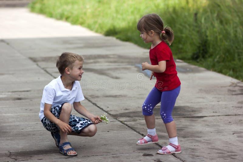 愉快地一起笑年轻男孩和女孩的兄弟和的姐妹 免版税图库摄影