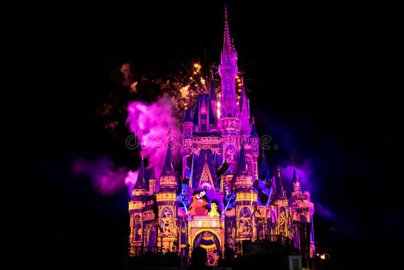 愉快地从此以后是壮观的烟花显示在灰姑娘的城堡在不可思议的王国12 库存图片