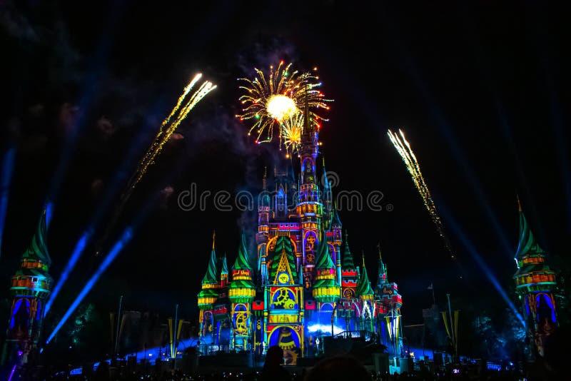 愉快地从此以后是壮观的烟花显示在灰姑娘的城堡在不可思议的王国 免版税库存照片