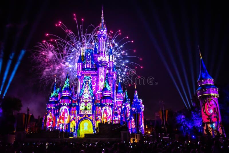 愉快地从此以后是壮观的烟花显示在黑暗的夜背景的灰姑娘的城堡在不可思议的王国3 免版税库存图片