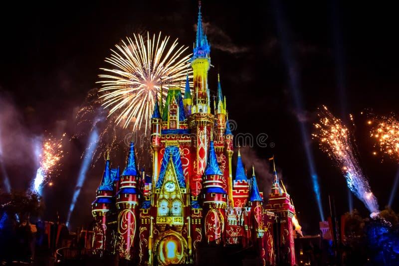 愉快地从此以后是壮观的烟花显示在黑暗的夜背景的灰姑娘的城堡在不可思议的王国14 库存图片