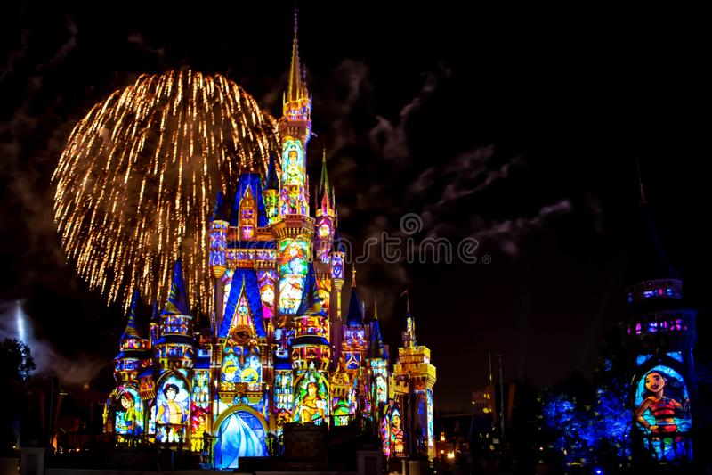 愉快地从此以后是壮观的烟花显示在黑暗的夜背景的灰姑娘的城堡在不可思议的王国52 免版税库存图片