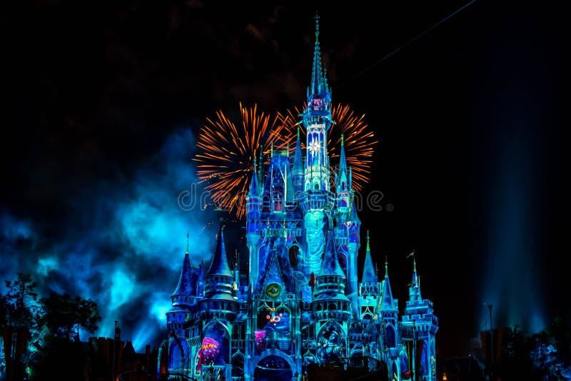 愉快地从此以后是壮观的烟花显示在黑暗的夜背景的灰姑娘的城堡在不可思议的王国16 免版税库存照片