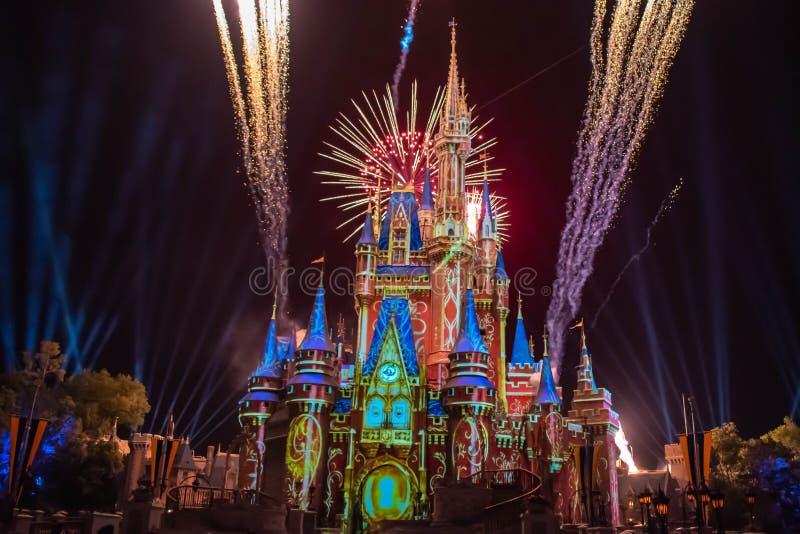 愉快地从此以后是壮观的烟花显示在黑暗的夜背景的灰姑娘的城堡在不可思议的王国11 库存图片