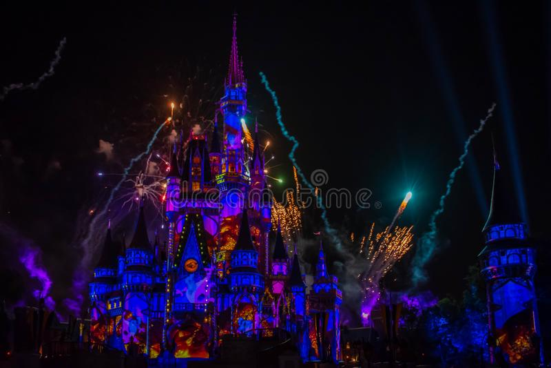 愉快地从此以后是壮观的烟花显示在黑暗的夜背景的灰姑娘的城堡在不可思议的王国25 免版税库存照片