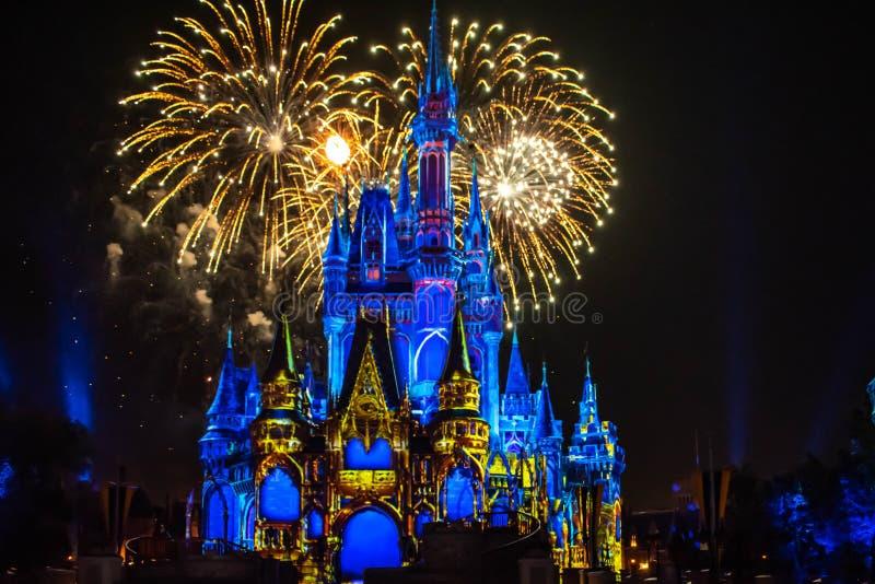 愉快地从此以后是壮观的烟花显示在黑暗的夜背景的灰姑娘的城堡在不可思议的王国45 图库摄影