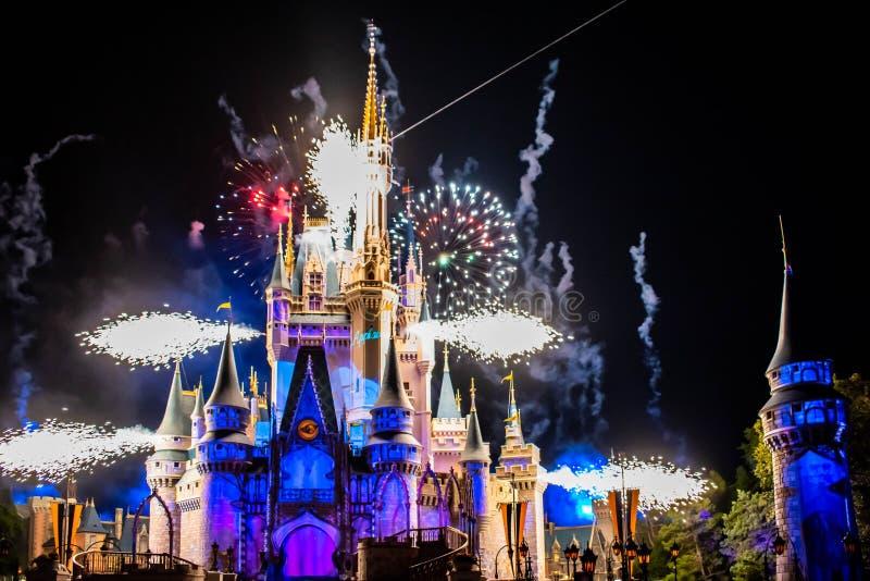 愉快地从此以后是壮观的烟花显示在黑暗的夜背景的灰姑娘的城堡在不可思议的王国27 库存图片