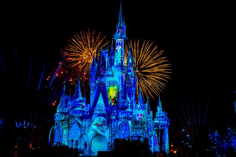 愉快地从此以后是壮观的烟花显示在黑暗的夜背景的灰姑娘的城堡在不可思议的王国42 免版税库存照片