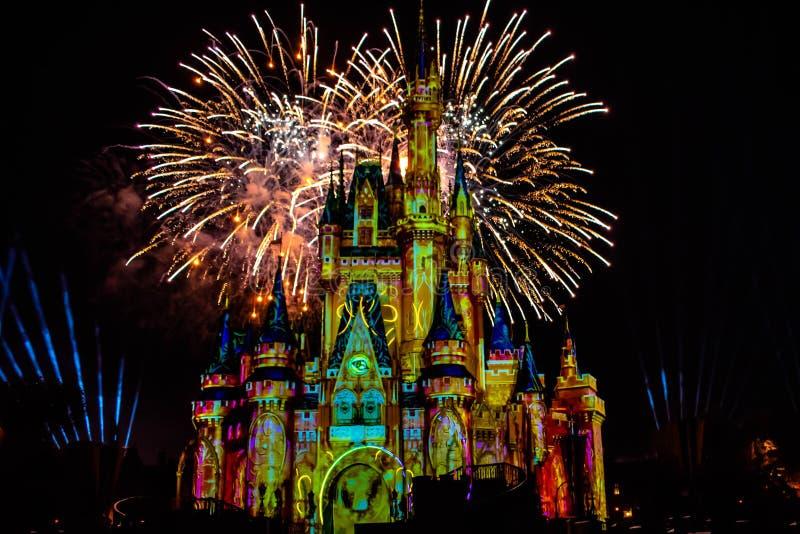愉快地从此以后是壮观的烟花显示在黑暗的夜背景的灰姑娘的城堡在不可思议的王国6 图库摄影