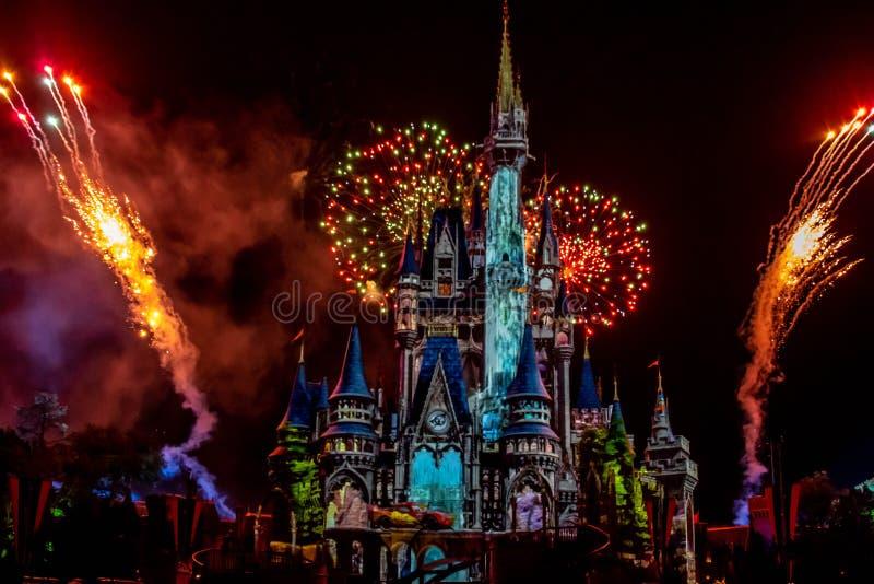 愉快地从此以后是壮观的烟花显示在黑暗的夜背景的灰姑娘的城堡在不可思议的王国22 免版税库存图片