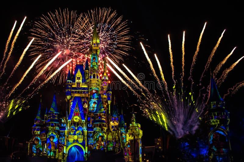 愉快地从此以后是壮观的烟花显示在黑暗的夜背景的灰姑娘的城堡在不可思议的王国50 图库摄影