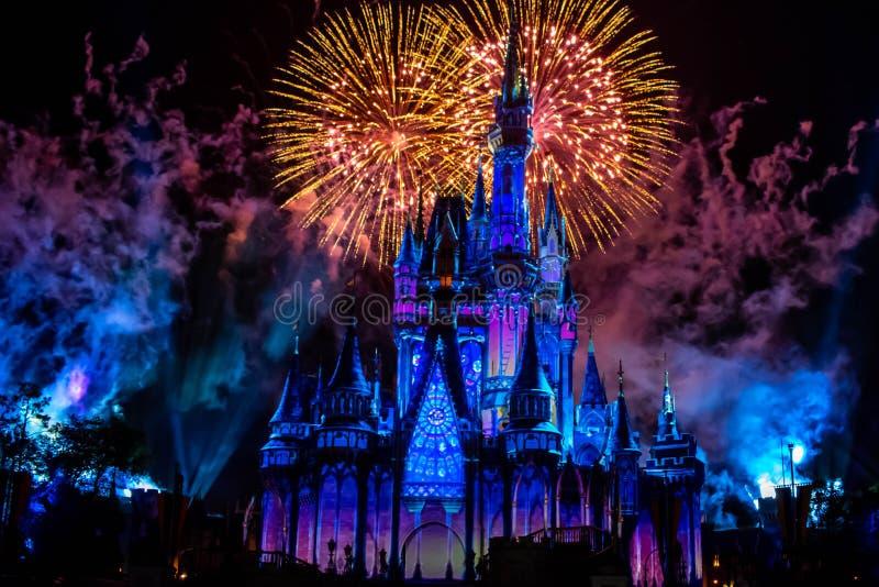 愉快地从此以后是壮观的烟花显示在黑暗的夜背景的灰姑娘的城堡在不可思议的王国21 免版税图库摄影