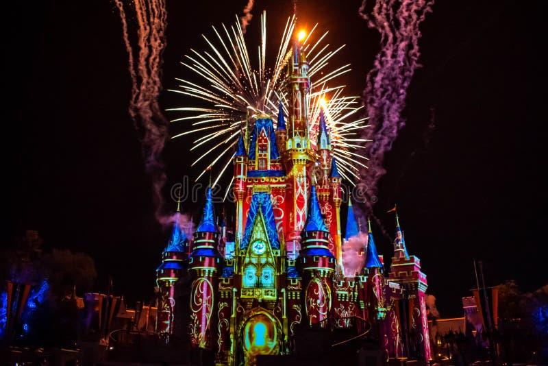 愉快地从此以后是壮观的烟花显示在黑暗的夜背景的灰姑娘的城堡在不可思议的王国12 免版税库存照片