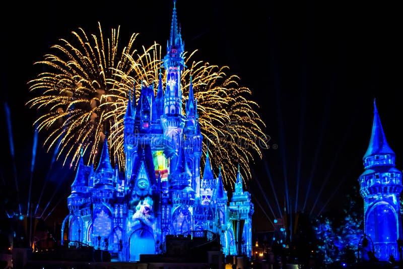 愉快地从此以后是壮观的烟花显示在黑暗的夜背景的灰姑娘的城堡在不可思议的王国44 库存照片
