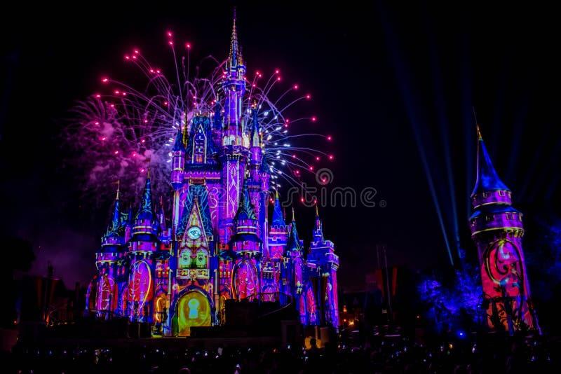 愉快地从此以后是壮观的烟花显示在黑暗的夜背景的灰姑娘的城堡在不可思议的王国2 免版税库存图片