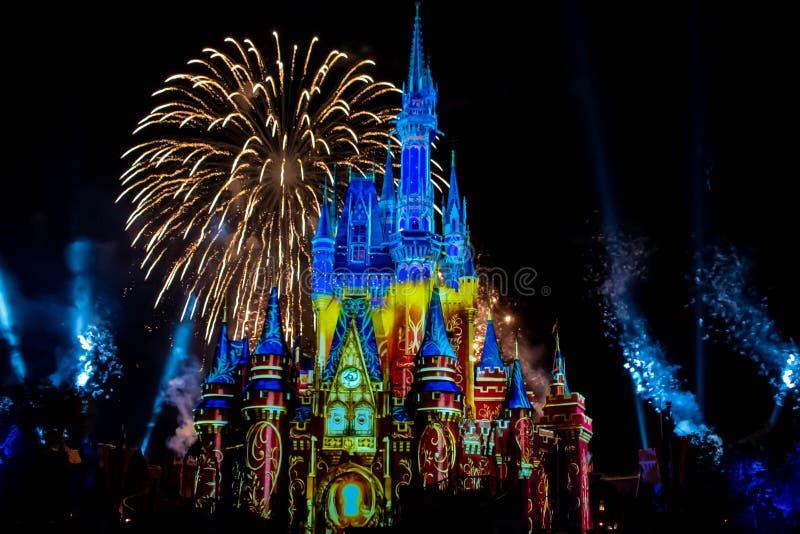 愉快地从此以后是壮观的烟花显示在黑暗的夜背景的灰姑娘的城堡在不可思议的王国15 免版税库存图片