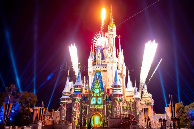 愉快地从此以后是壮观的烟花显示在黑暗的夜背景的灰姑娘的城堡在不可思议的王国10 免版税库存照片
