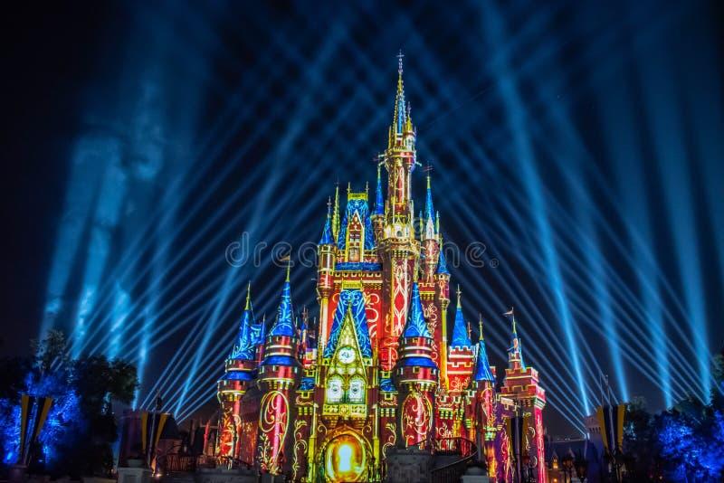 愉快地从此以后是壮观的烟花显示在黑暗的夜背景的灰姑娘的城堡在不可思议的王国9 图库摄影