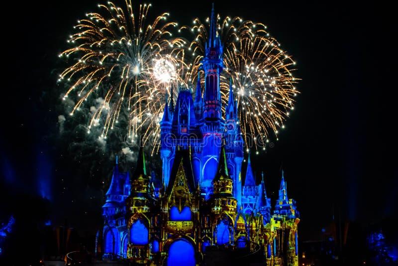 愉快地从此以后是壮观的烟花显示在黑暗的夜背景的灰姑娘的城堡在不可思议的王国46 库存照片
