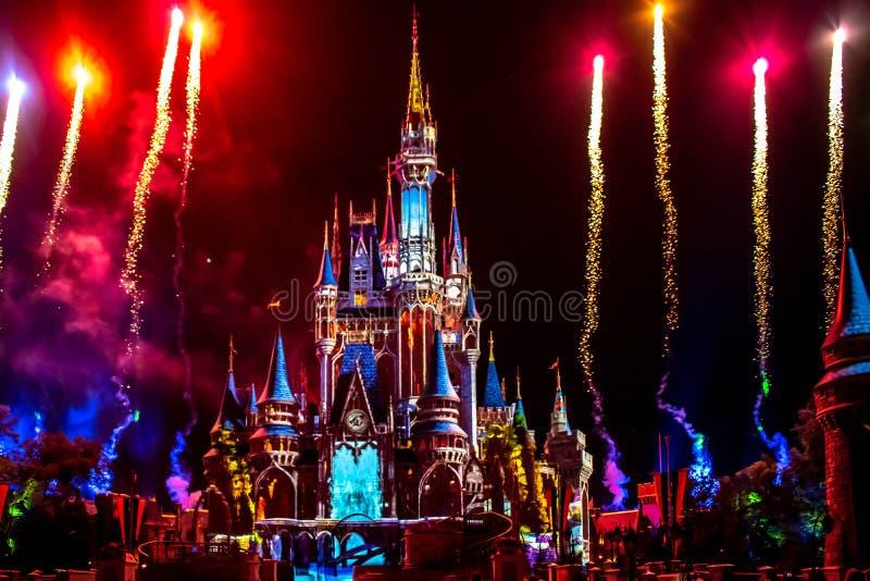 愉快地从此以后是壮观的烟花显示在黑暗的夜背景的灰姑娘的城堡在不可思议的王国23 库存照片