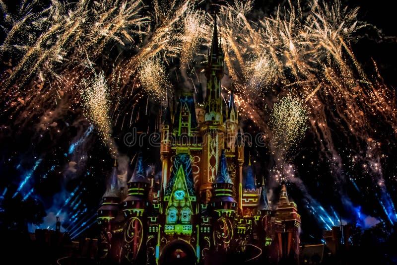 愉快地从此以后是壮观的烟花显示在黑暗的夜背景的灰姑娘的城堡在不可思议的王国36 库存照片