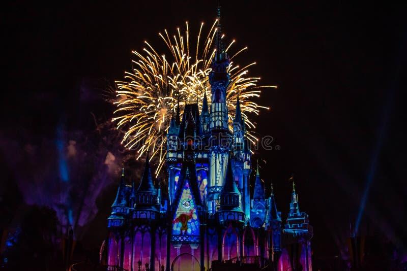 愉快地从此以后是壮观的烟花显示在黑暗的夜背景的灰姑娘的城堡在不可思议的王国20 库存图片