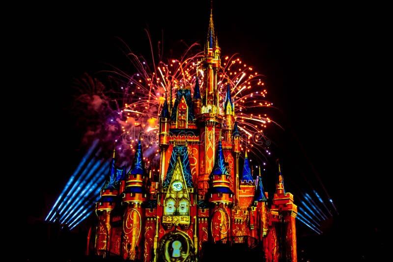 愉快地从此以后是壮观的烟花显示在黑暗的夜背景的灰姑娘的城堡在不可思议的王国4 免版税图库摄影