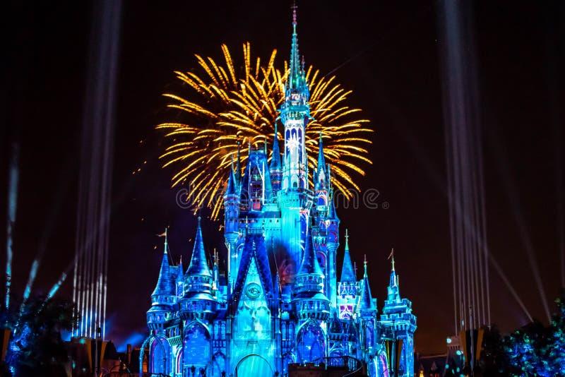 愉快地从此以后是壮观的烟花显示在黑暗的夜背景的灰姑娘的城堡在不可思议的王国39 图库摄影