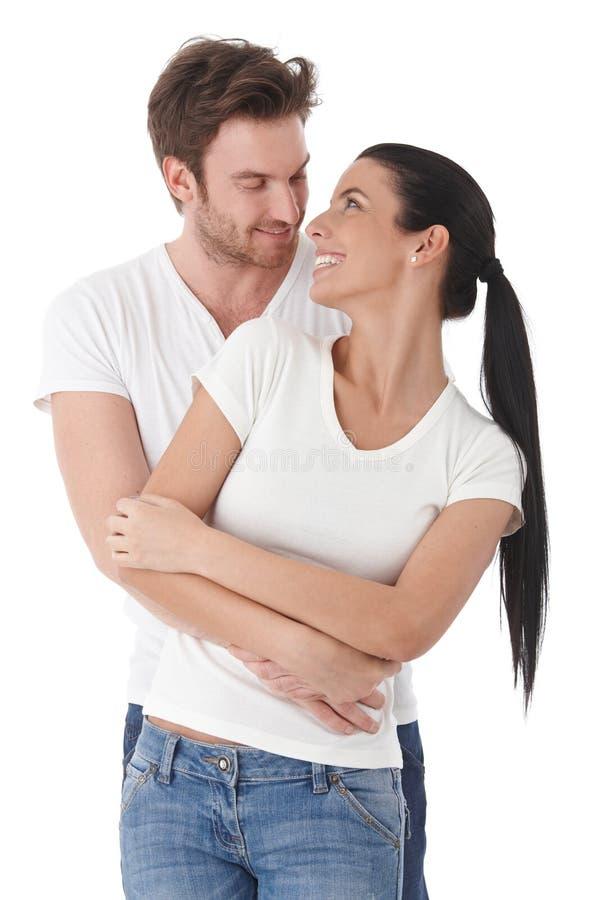 愉快地微笑新爱恋的夫妇 免版税库存图片