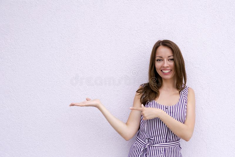 愉快地微笑的女性 免版税库存图片