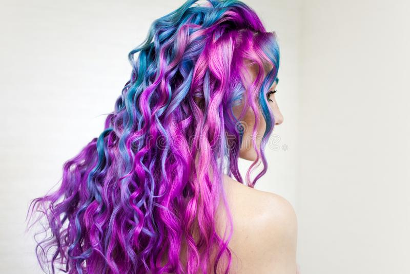 愉快地明亮的色的头发,在长发的多彩多姿的着色 时髦,当代称呼卷毛 免版税图库摄影