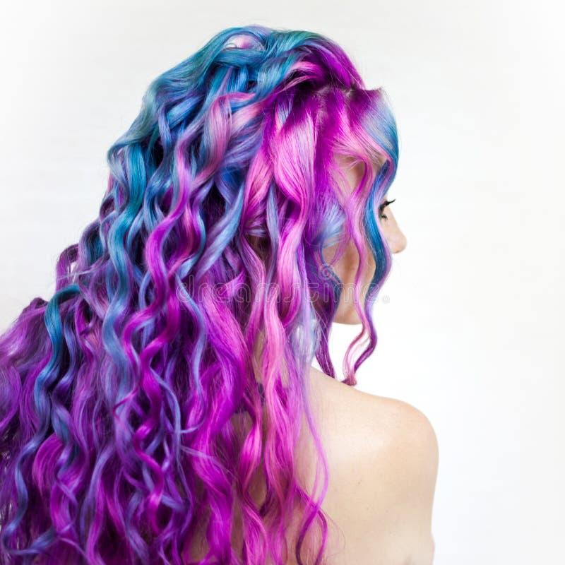 愉快地明亮的色的头发,在长发的多彩多姿的着色 时髦,当代称呼卷毛 库存照片
