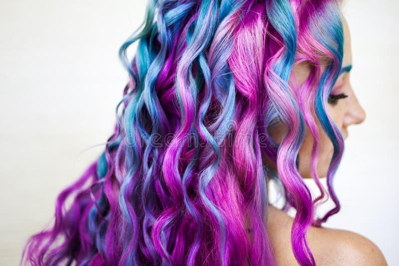愉快地明亮的色的头发,在长发的多彩多姿的着色 时髦,当代称呼卷毛 免版税库存图片