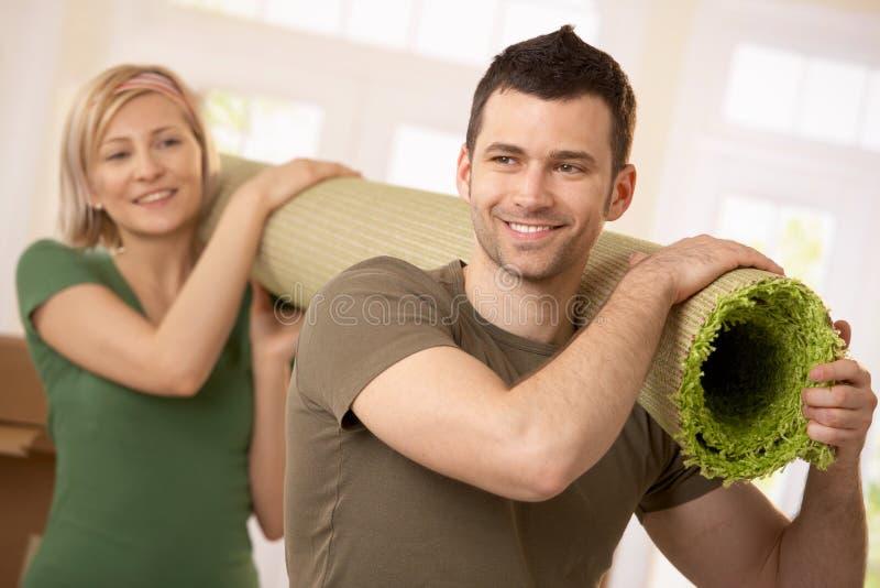 愉快地毯运载的夫妇一起 库存图片